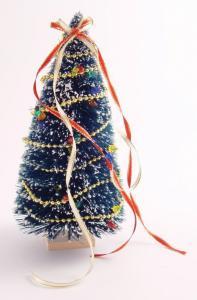 Julgran klädd dockhus tittskåp