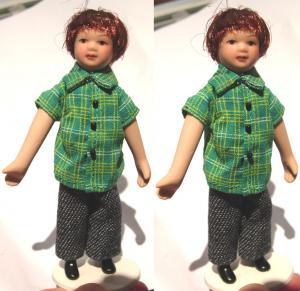 Barn pojke i grön skjorta