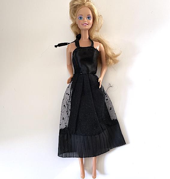 Svart Barbiedocka