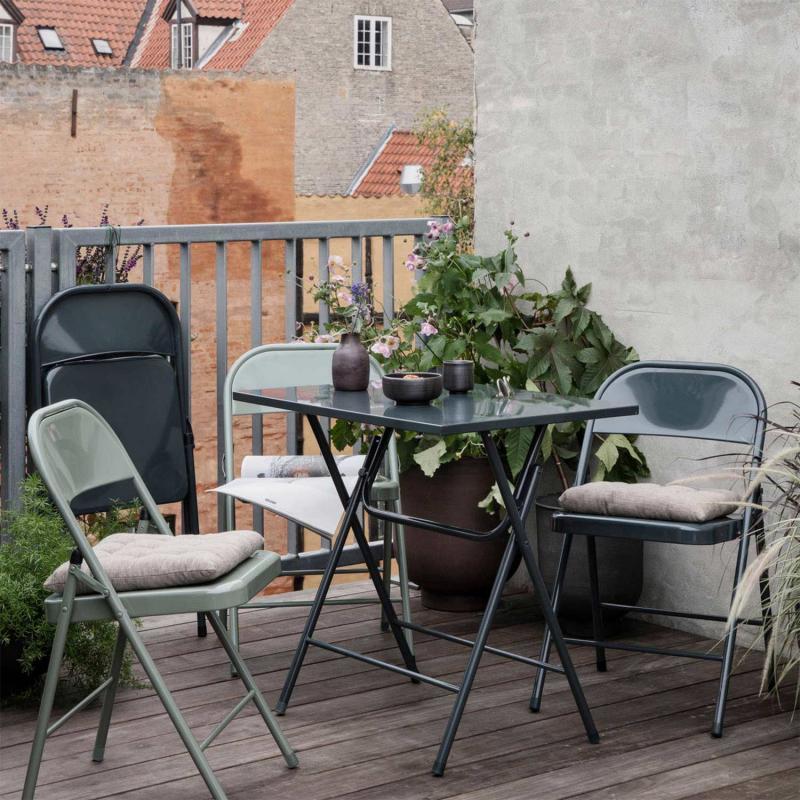 graniterna klappstolar vid ett bord med blommor