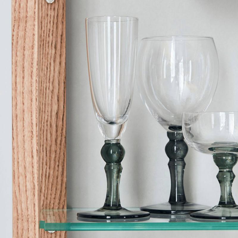flera champagneglas med gråtonad fot