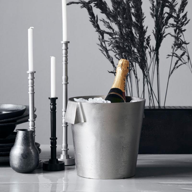 vinkylare i borstat silver på ett bord med ljus