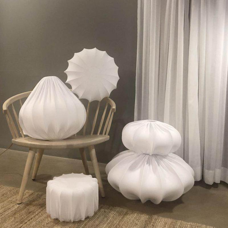 Flora plafond – skärmar i olika storlekar och former klädda i vitt jerseytyg
