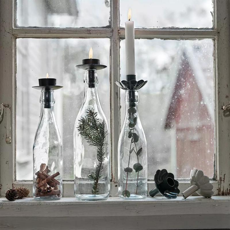svart ljushållare i fönster