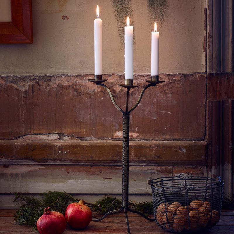Trearmad ljusstake i antik mässing