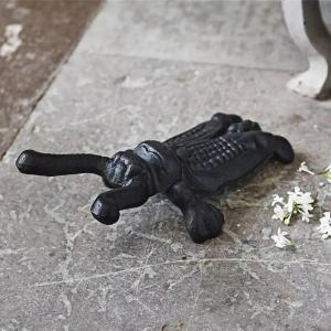 svart stövelknekt i järn utomhus – som en insekt