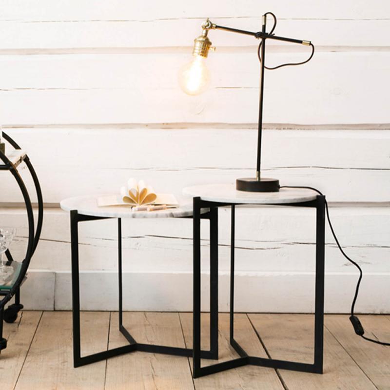 Industrilampa på ett bord