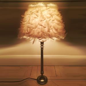 Lampskärm med vita fjädrar - fluffig fjäderlampa