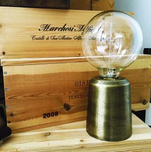 Lampa ICON - bordslampa i färgen mässing