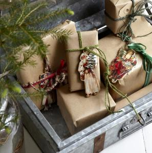 platt jultomte i klassiskt motiv – fästa som en tag på julklappar