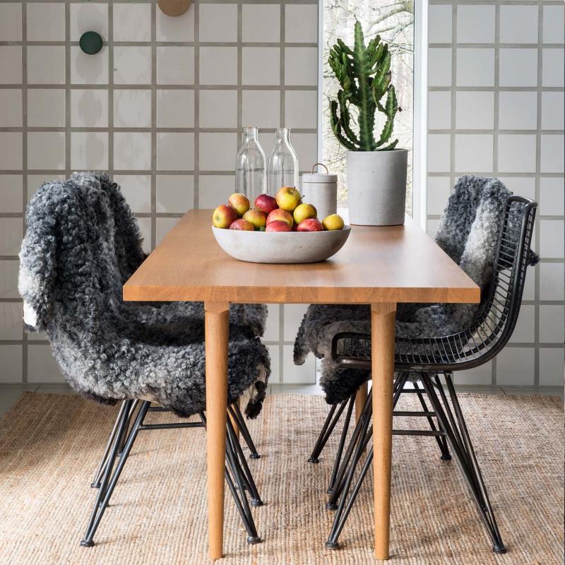 svarta metallnätsstolar står vid ett bord