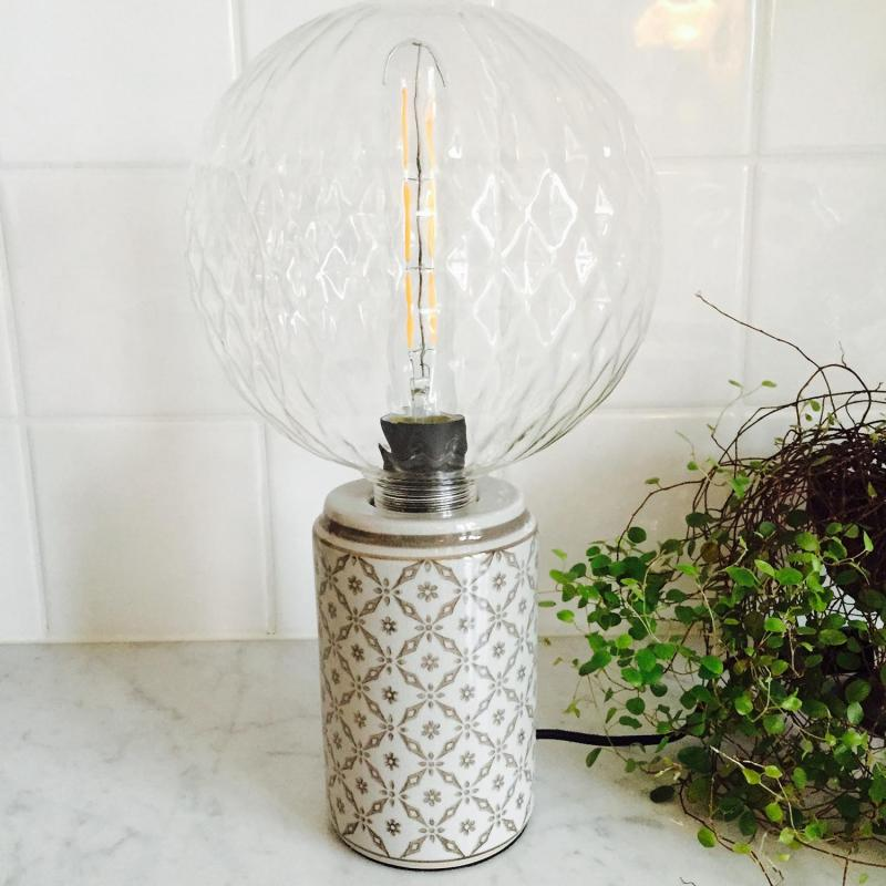 Bordslampa med stor glasglob - lampfot i porslin