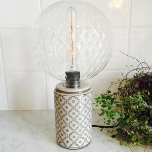 bordslampa i porslin står på ett bord