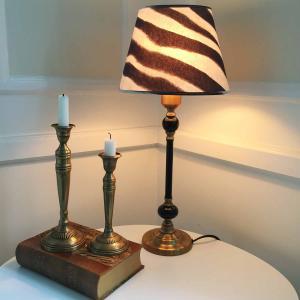Elegant zebra på klassisk lampfot - vild lampa