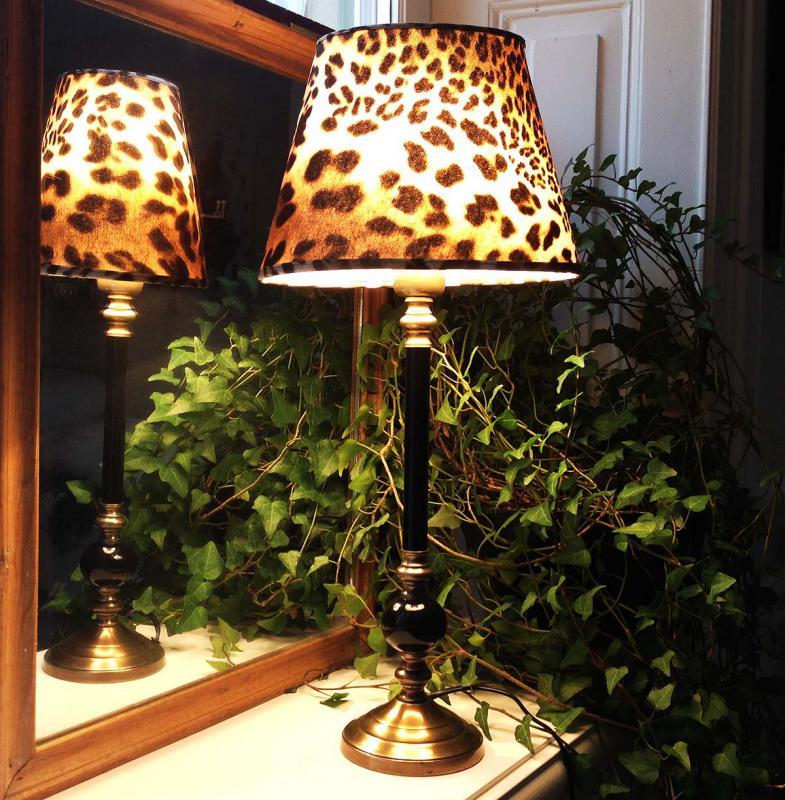 Elegant leopard på klassisk lampfot - vild lampa