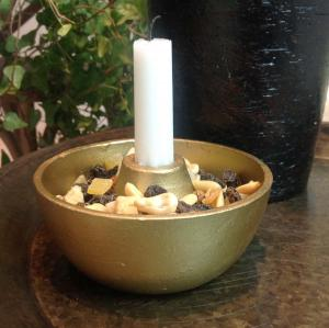 Fyll ljusstaken med nötter eller mossa