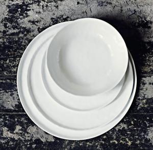 "Stor mattallrik i vit keramik - ""Enkelhet"""