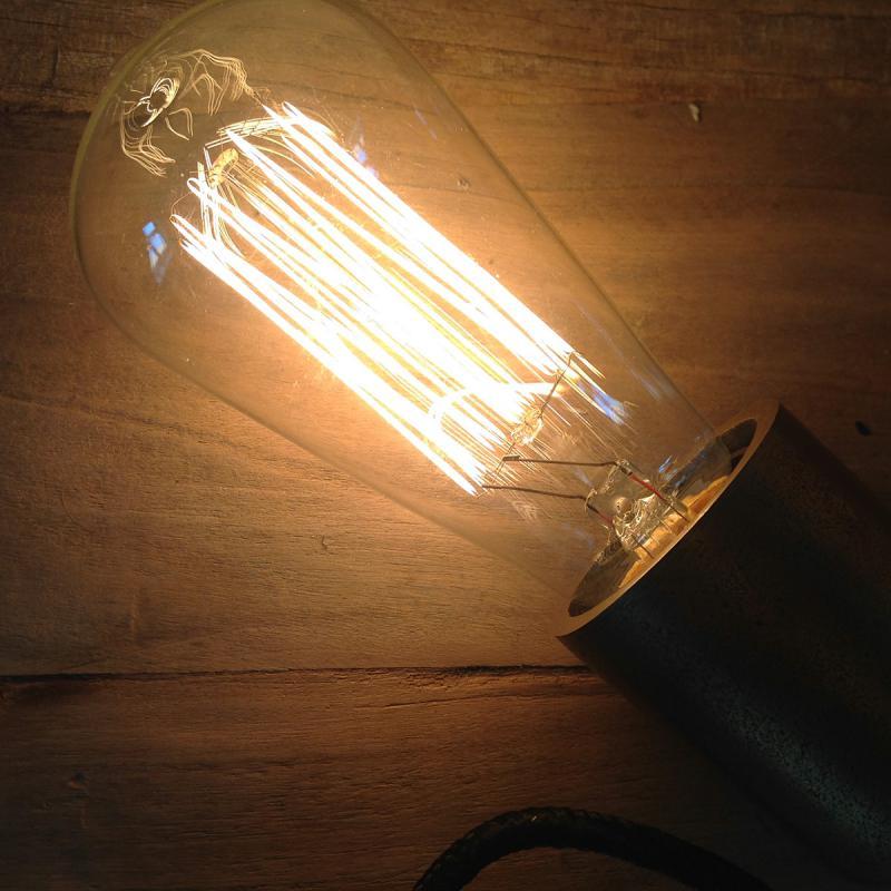 notice lamphållare med en tänd edisonlampa