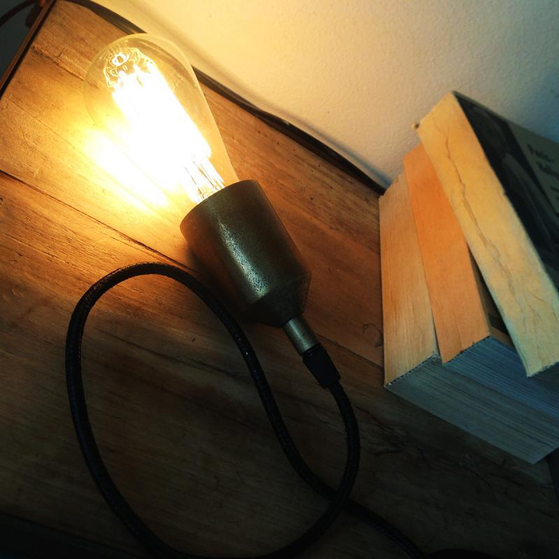 notice lamphållare ligger tänd på ett golv