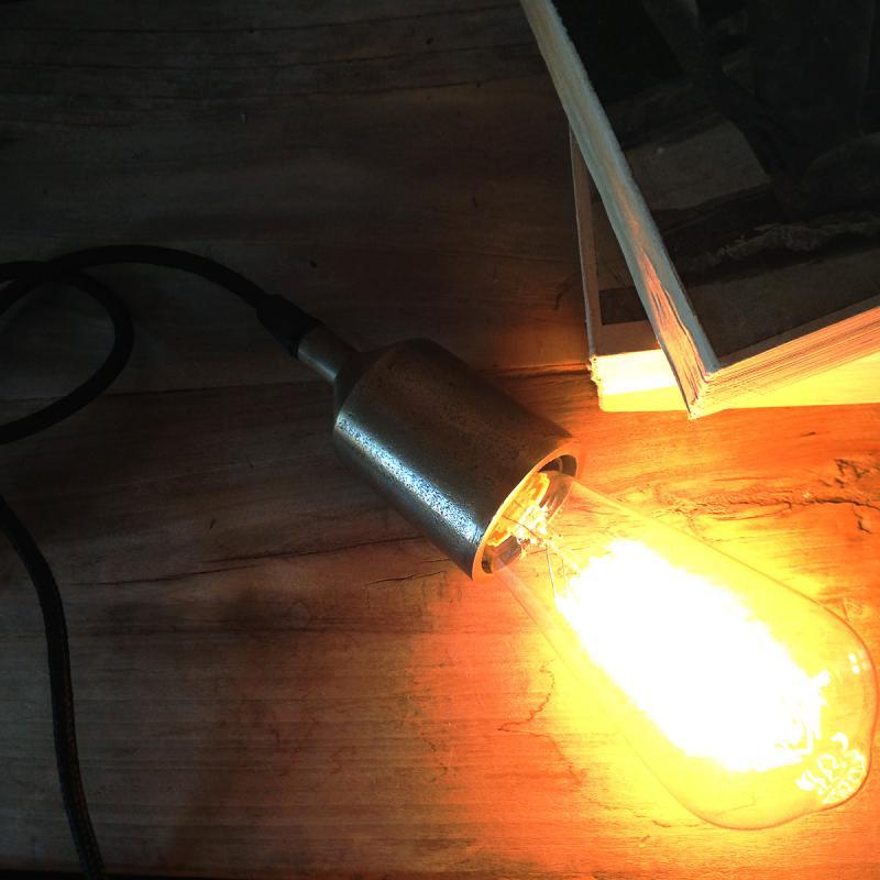 svart lamphållare med en tänd lampa