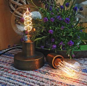 NOTICE Industrilampa eg lampfot. En lampa i industristil i mässingsfärgad och ruff metall