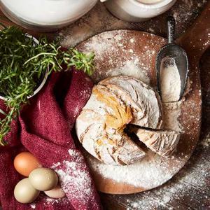 Skopa i gjutjärn med bröd och mjöl
