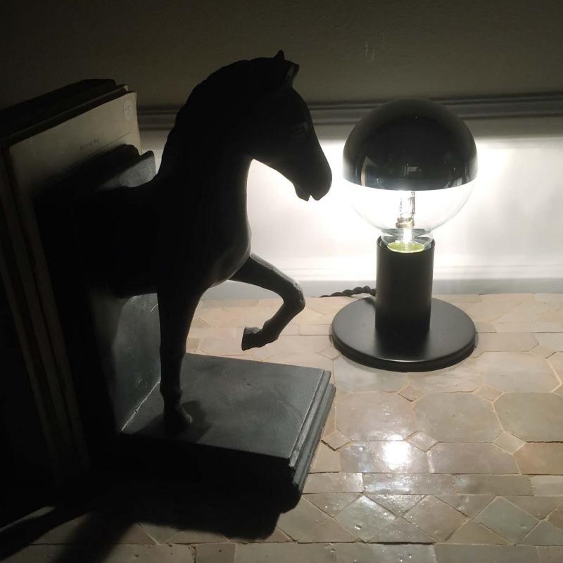 POPP - tuff bordslampa med nedåtljus