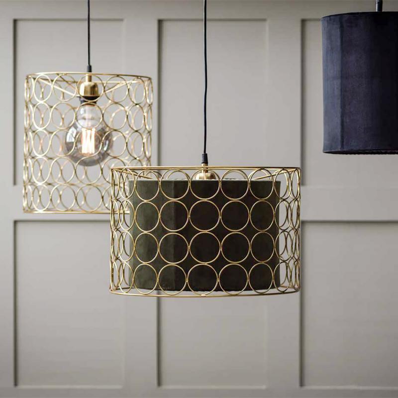 taklampa med ringar i guldfärg som lampskärm hängandes från taket