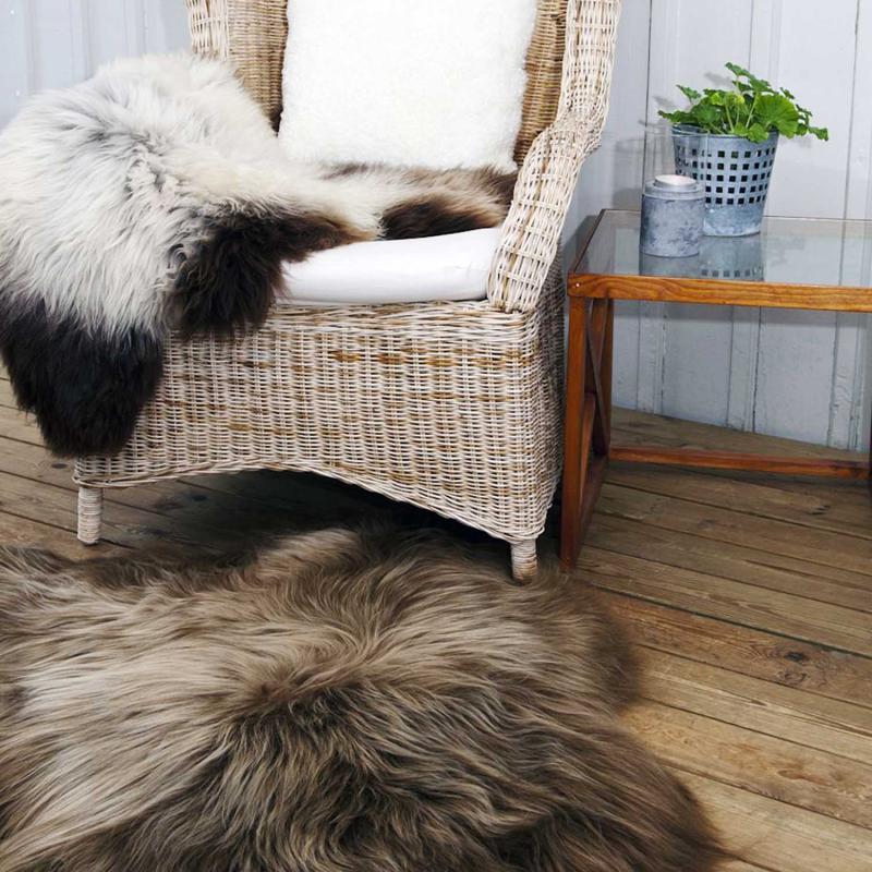 Underbart långhårigt ekologiskt isländskt lammskinn