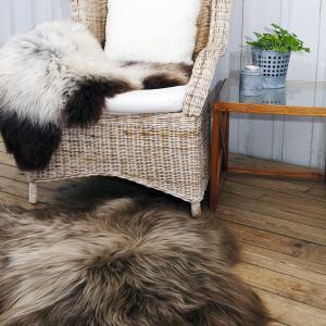 fårskinn ligger på stol