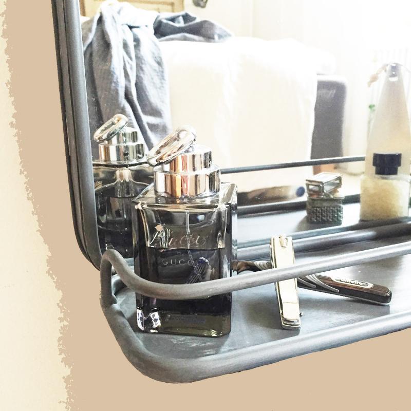 Spegel med hylla i metall från PB Home metallspegel