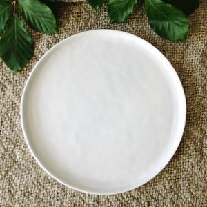 "Stilren mattallrik med kant i vit keramik - tallrik i vitt porslin ""Enkelhet"""