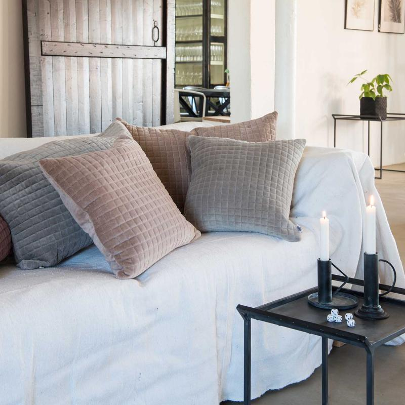 soffbord av metall i rum med soffa