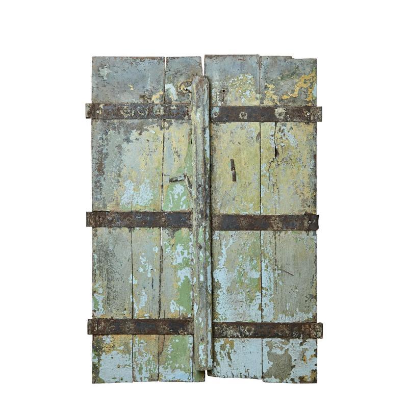 gamla fönsterluckor som väggdekoration