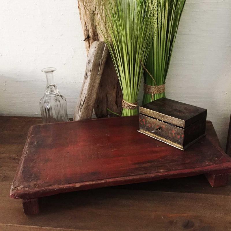 Gammal rustik träbricka från Indien - vintage