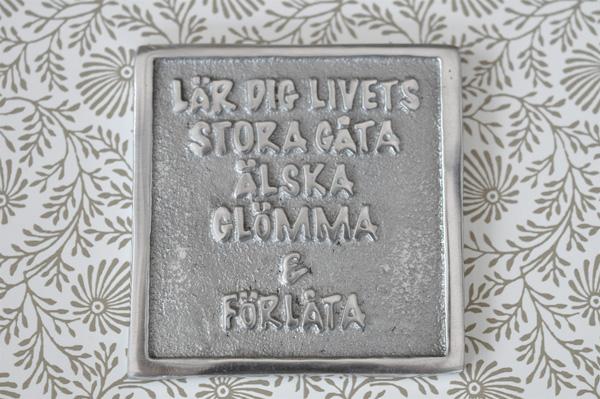Skylt  LÄR DIG LIVETS STORA GÅTA