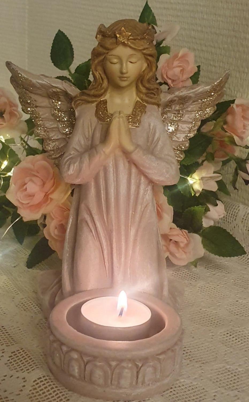 Bedjande Ängel Med Ljushållare