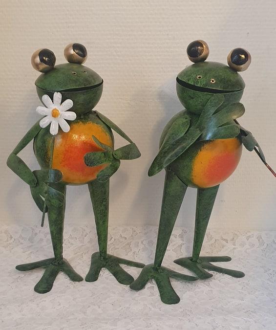 Groda Med Blomma I Hamrad Plåt