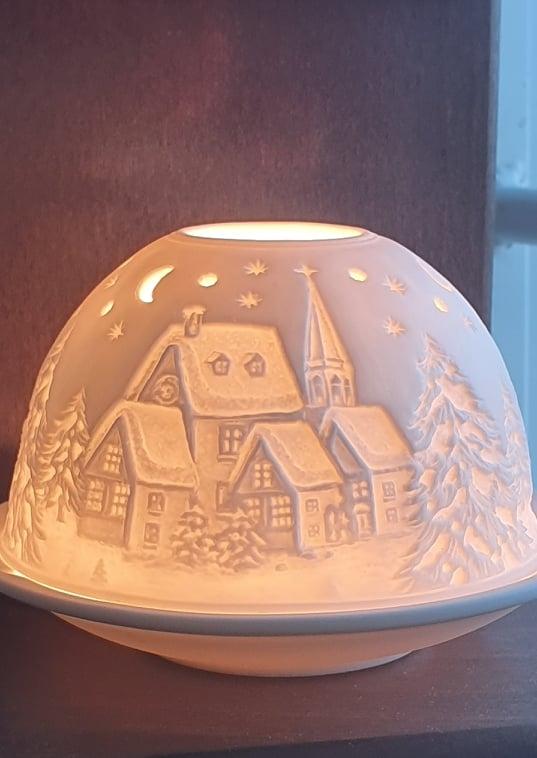 Ljuslykta By I vinterskrud