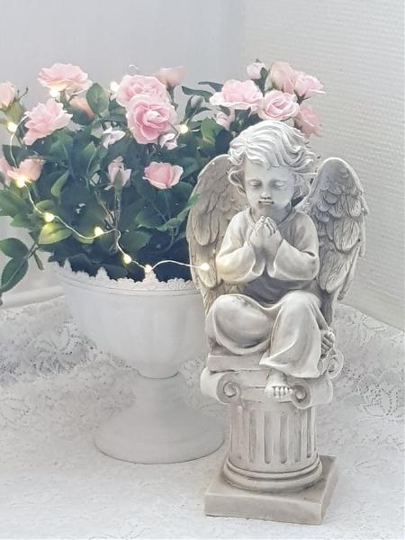 Eden Ängel Bedjande På Piedestal