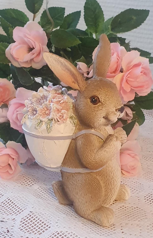 Påskhare Med Blommor På Ryggen