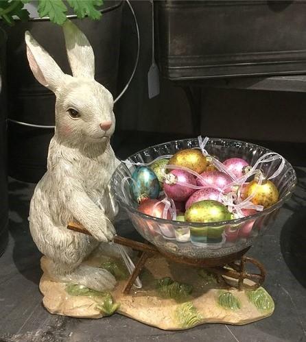 Hare Med Kärra Och Skål
