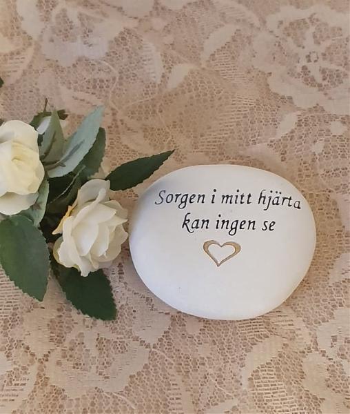 Sten Med Graverade Text - Sorgen I Mitt Hjärta Kan Ingen Se