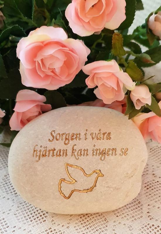 Sten Med Graverade Text - Sorgen I Våra Hjärtan Kan Ingen Se