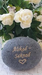 Sten Med Text Och Hjärta - Älskad Saknad