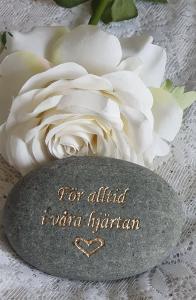 Sten Med Text Och Hjärta - För Alltid I Våra Hjärtan