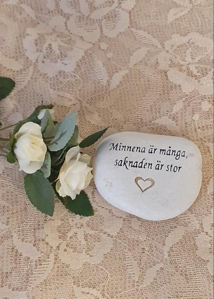 Sten Med Graverade Text - Minnerna är Många - Saknaden Är Stor