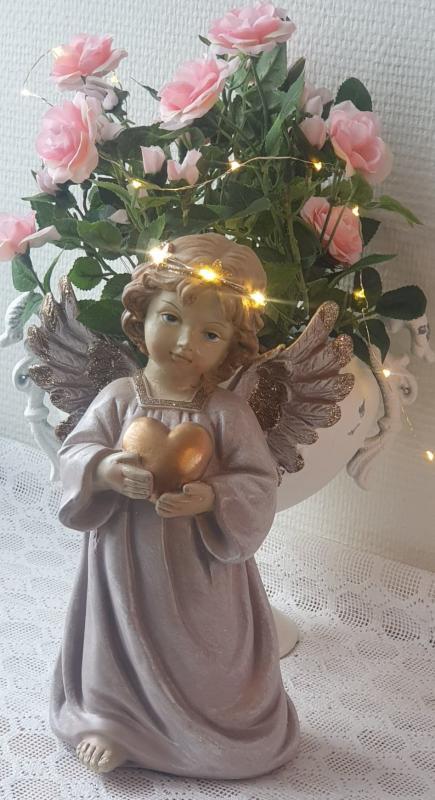 Vacker Ängel Håller Hjärta LED