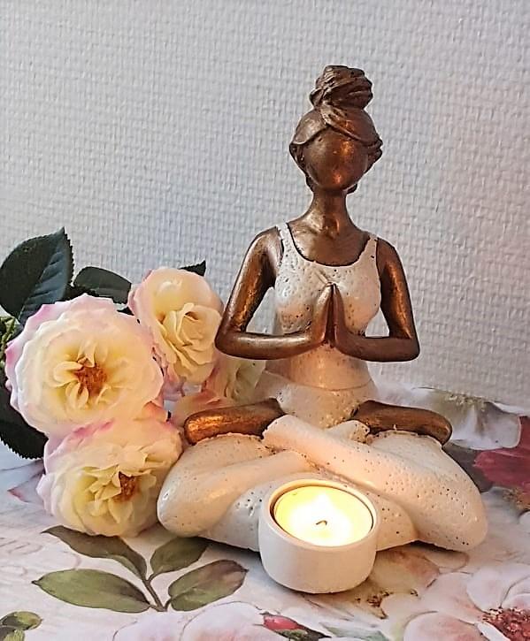 Yogakvinna Med Ljushållare