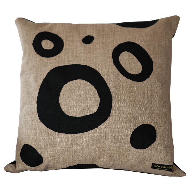 Dots stoppad kudde beige/svart 60x60 cm